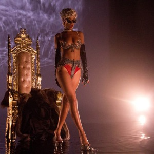 rihanna-pour-it-up-video-1