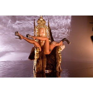 rihanna-pour-it-up-video-2